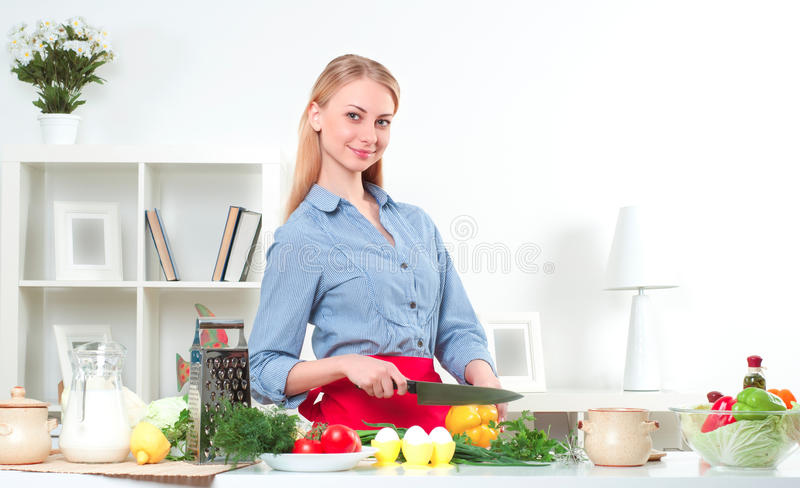 Porträt einer Frau, die Gemüse kocht lizenzfreies stockbild