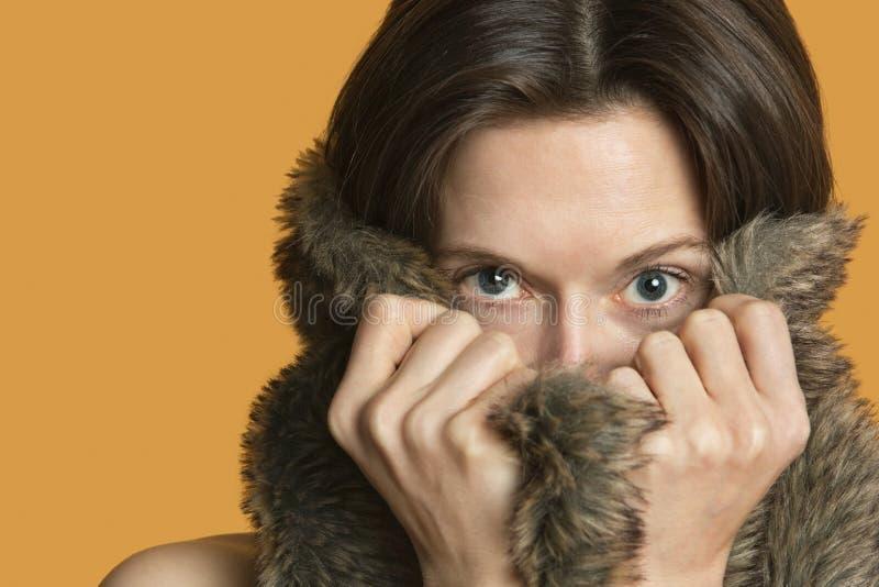 Porträt einer Frau, die mit Pelz sich versteckt lizenzfreie stockfotos