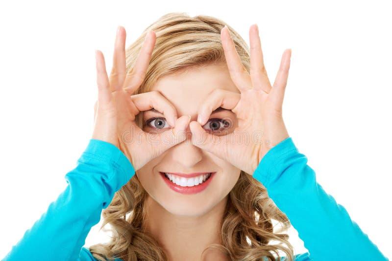 Download Porträt Einer Frau, Die Okayzeichen Auf Augen Zeigt Stockfoto - Bild von agree, baumuster: 47101410