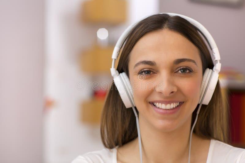 Porträt einer Frau, die zu Hause Musik hört stockbild