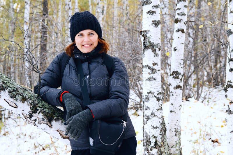 Porträt einer Frau in einem Winterbirkenwald lizenzfreie stockbilder