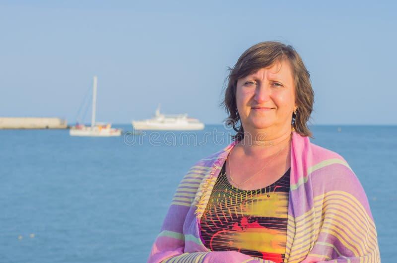 Porträt einer Frau gegen das Meer stockbild