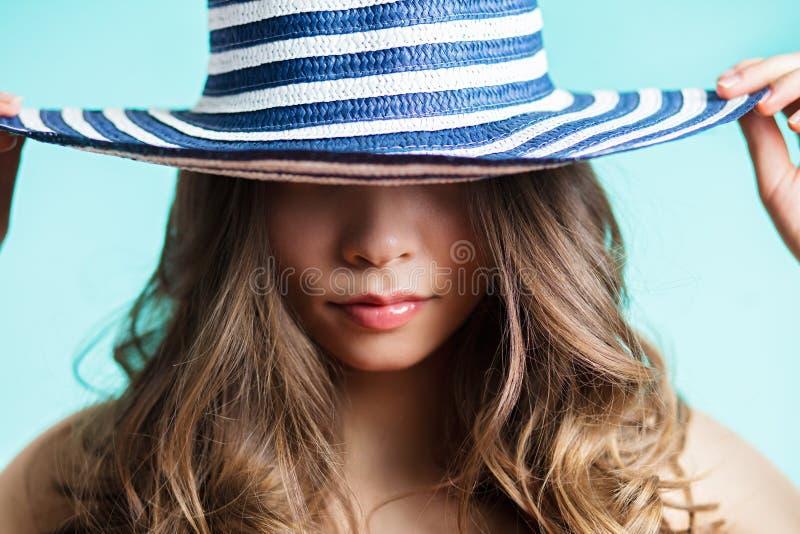 Porträt einer Frau im eleganten Hut mit einem breiten Rand Schönheit, Art und Weisekonzept lizenzfreie stockbilder