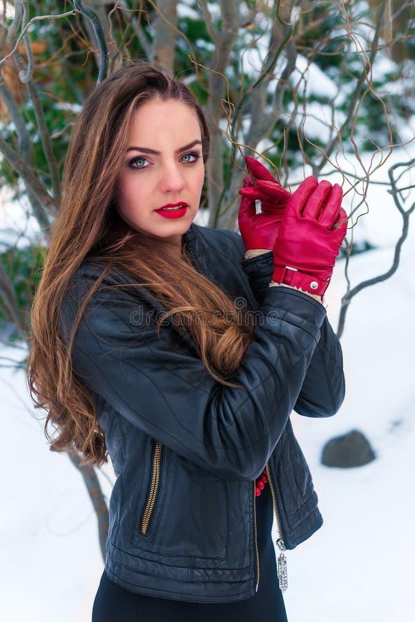 Porträt einer Frau im Winterwald lizenzfreie stockfotos