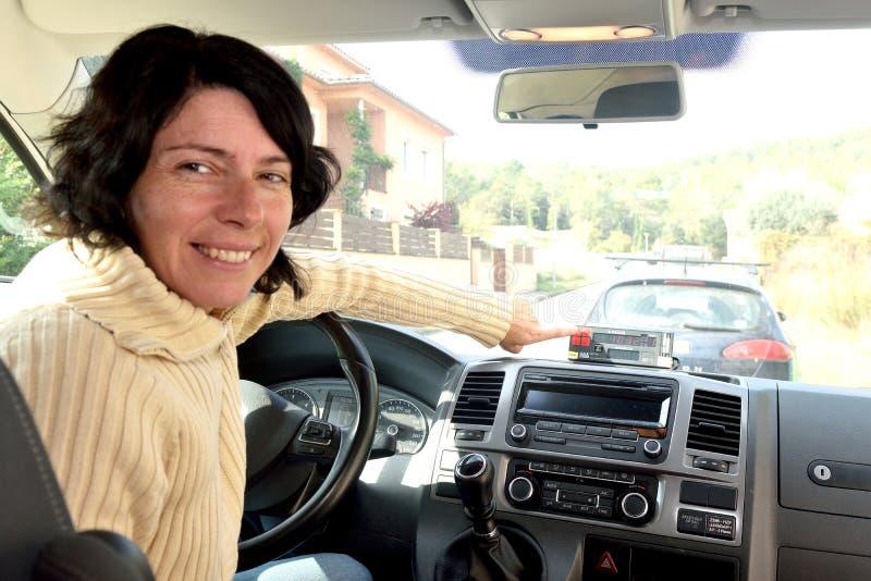Porträt einer Frau mit einer Kettensäge stockfotografie