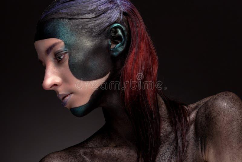 Porträt einer Frau mit kreativem Make-up auf einem grauen Hintergrund stockbilder