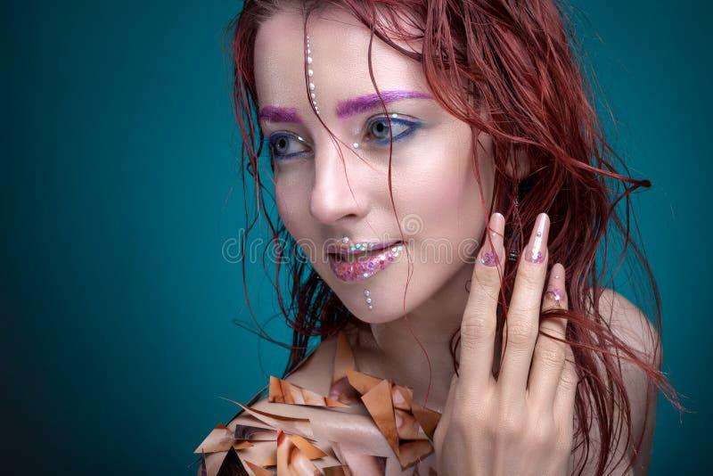 Porträt einer Frau mit kreativem Make-up Mit hellen Farben an lizenzfreie stockfotos