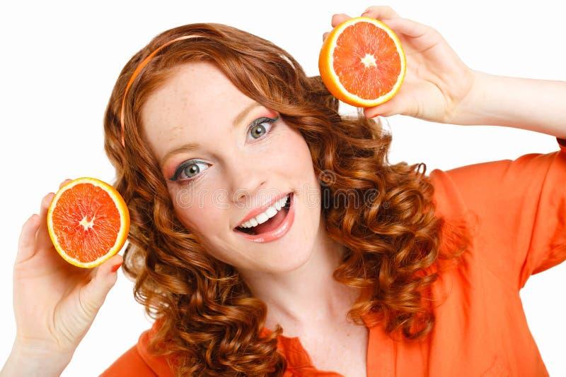Porträt einer Frau mit Orangen auf Weiß lizenzfreie stockfotos