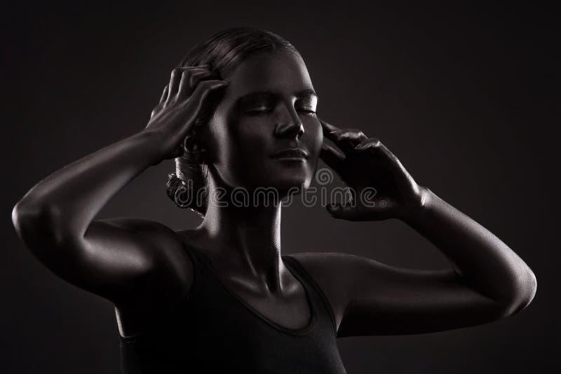 Porträt einer Frau mit schwarzem Make-up stockbilder