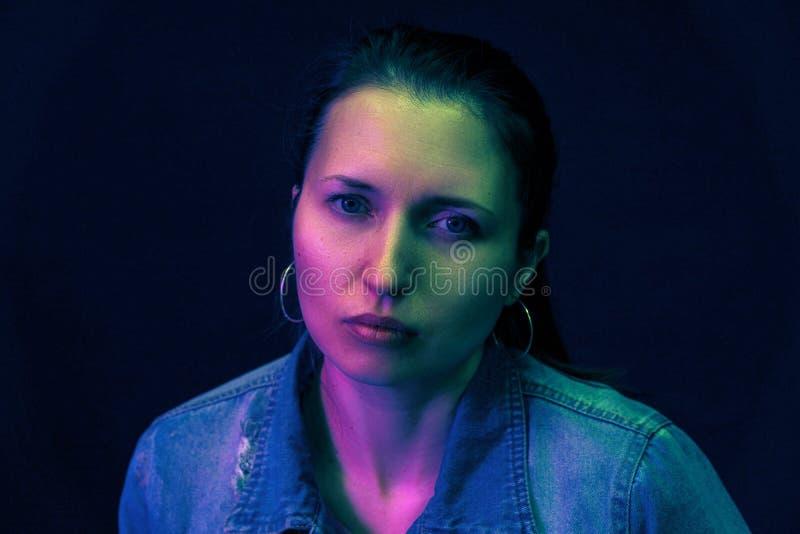 Porträt einer Frau und des Farbfilterfarbmischlichtes stockbild