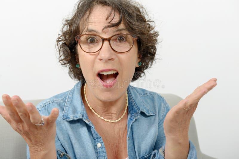 Porträt einer Frau von mittlerem Alter überrascht stockfotos