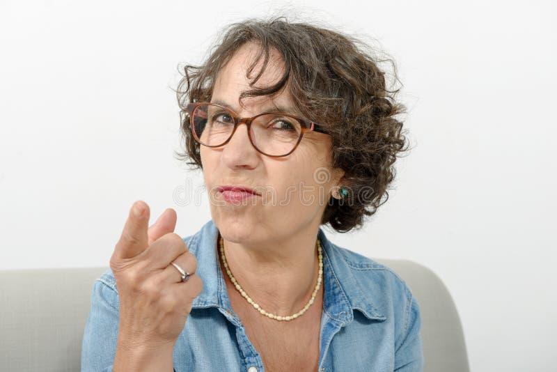 Porträt einer Frau von mittlerem Alter verärgert lizenzfreies stockbild