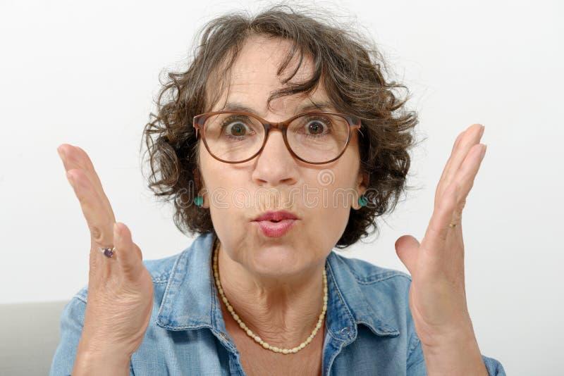 Porträt einer Frau von mittlerem Alter verärgert lizenzfreie stockfotografie