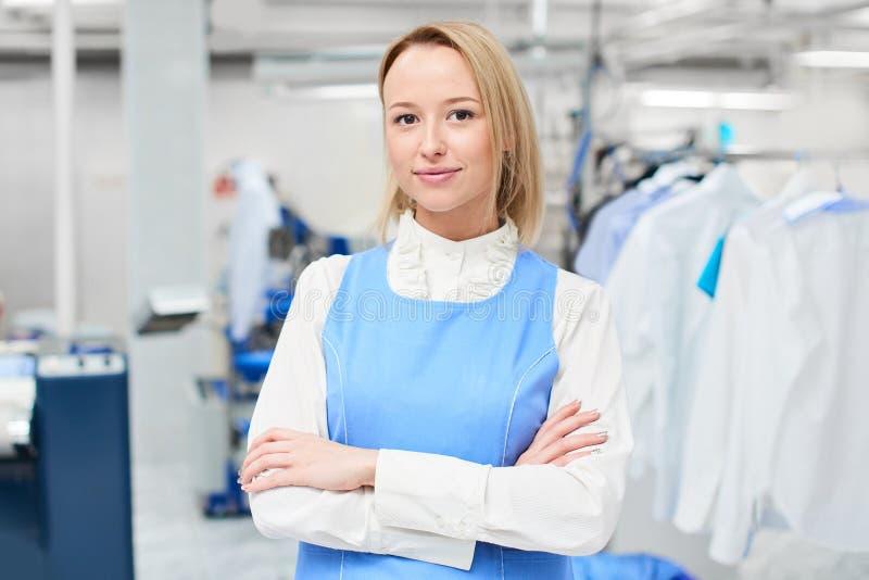 Porträt einer Frau Wäschereiarbeitskraft stockfotos