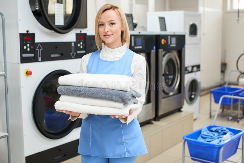 Porträt einer Frau Wäschereiarbeitskraft stockbild
