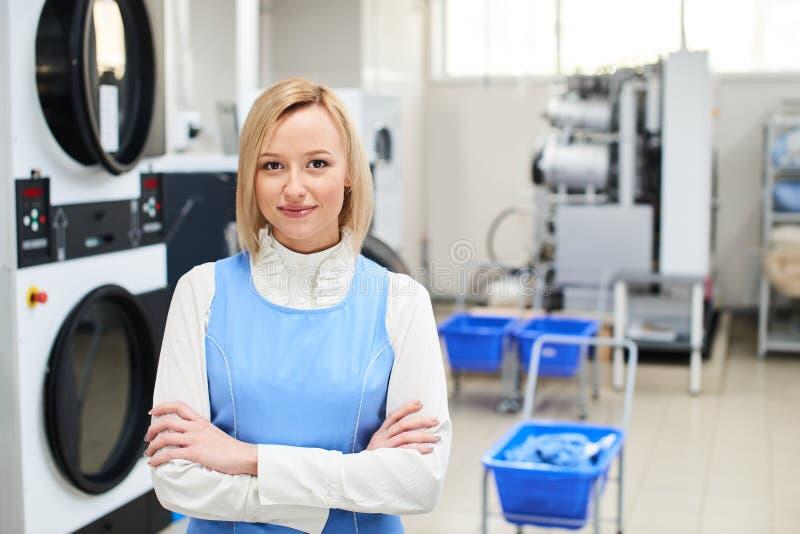 Porträt einer Frau Wäschereiarbeitskraft lizenzfreie stockfotos