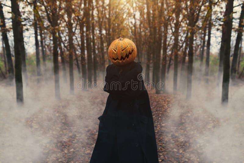 Porträt einer furchtsamen Jack-Laterne mit einem Kürbis auf seinem Kopf Halloween-Legende stockfoto