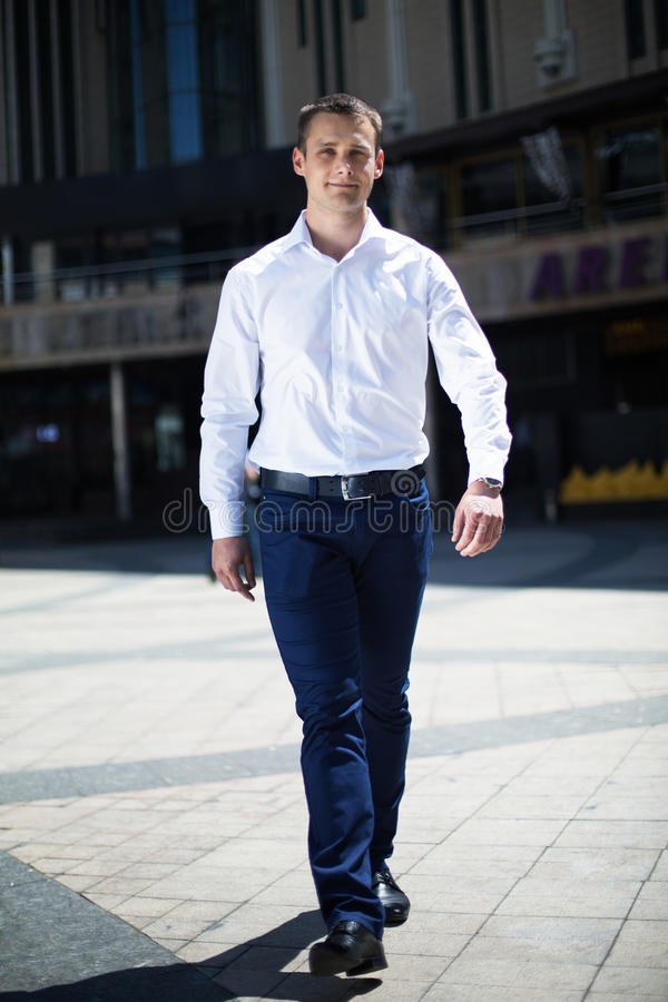 Porträt einer gehenden im Stadtzentrum gelegenen Straße des jungen Mannes lizenzfreie stockfotografie