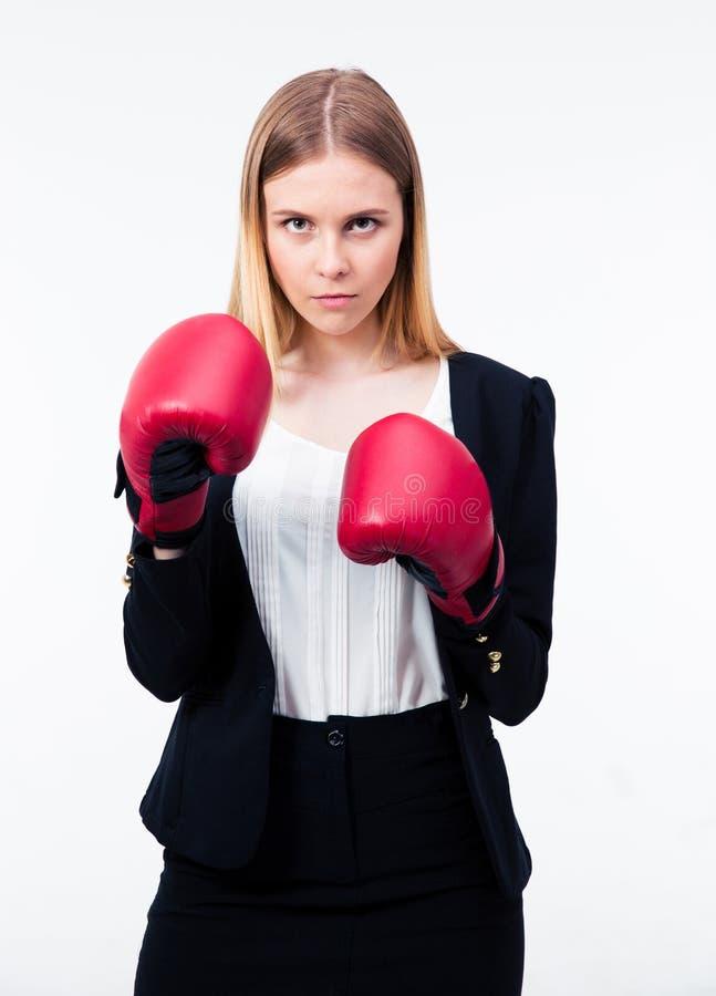 Porträt einer Geschäftsfrau in den Boxhandschuhen lizenzfreie stockfotos