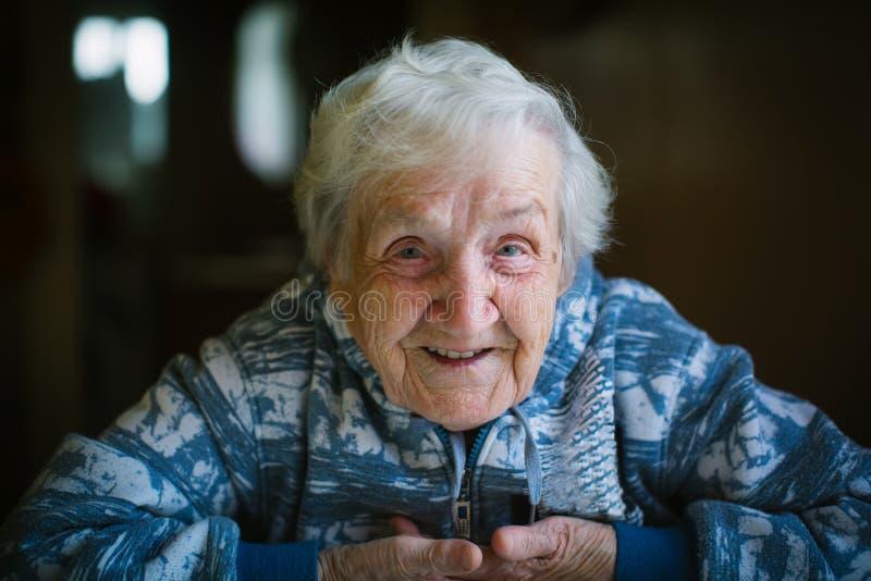 Porträt einer glücklichen älteren Frauennahaufnahme stockfoto