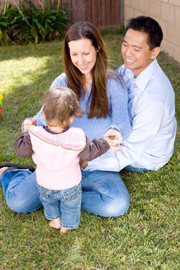 Porträt einer glücklichen biracial Familie lizenzfreie stockbilder