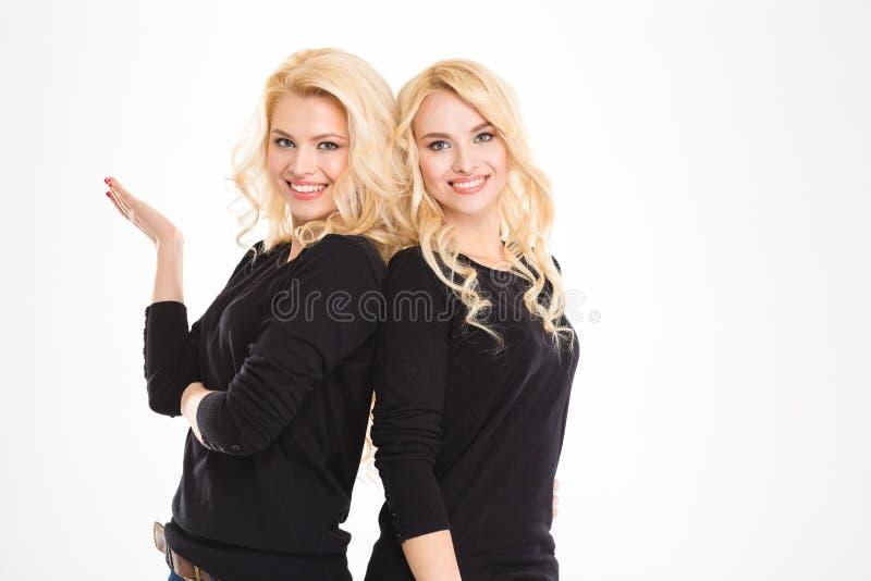 Porträt einer glücklichen Blondine paart Schwestern stockfoto