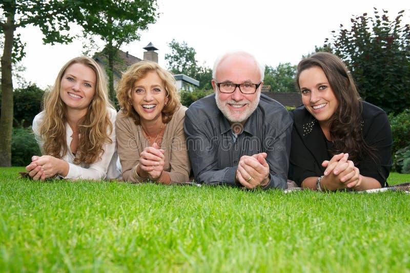 Porträt einer glücklichen Familie, die draußen lächelt lizenzfreie stockfotografie