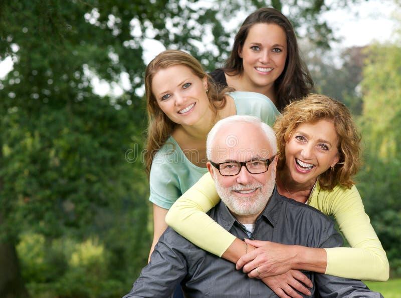 Porträt einer glücklichen Familie, die draußen Spaß lächelt und hat lizenzfreie stockfotos