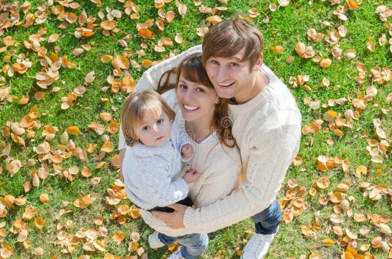 Porträt einer glücklichen Familie, die im Herbst lächelt lizenzfreie stockfotografie