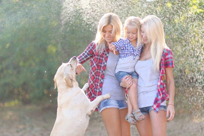 Porträt einer glücklichen Familie im Sommer lizenzfreie stockfotos