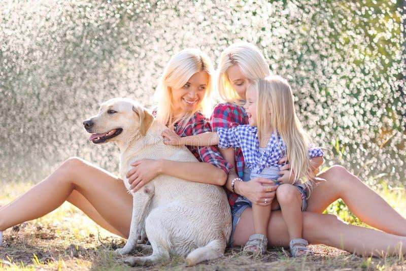 Porträt einer glücklichen Familie im Sommer stockfotografie