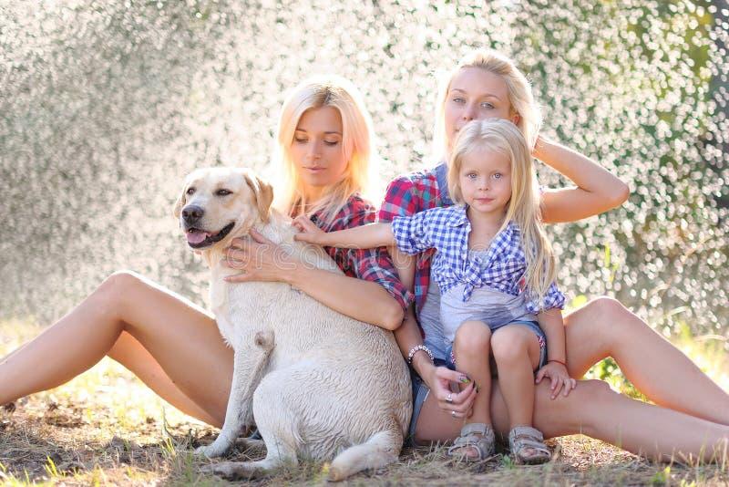 Porträt einer glücklichen Familie im Sommer stockbild
