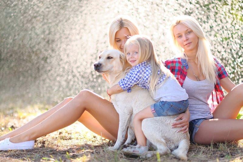 Porträt einer glücklichen Familie im Sommer lizenzfreie stockbilder