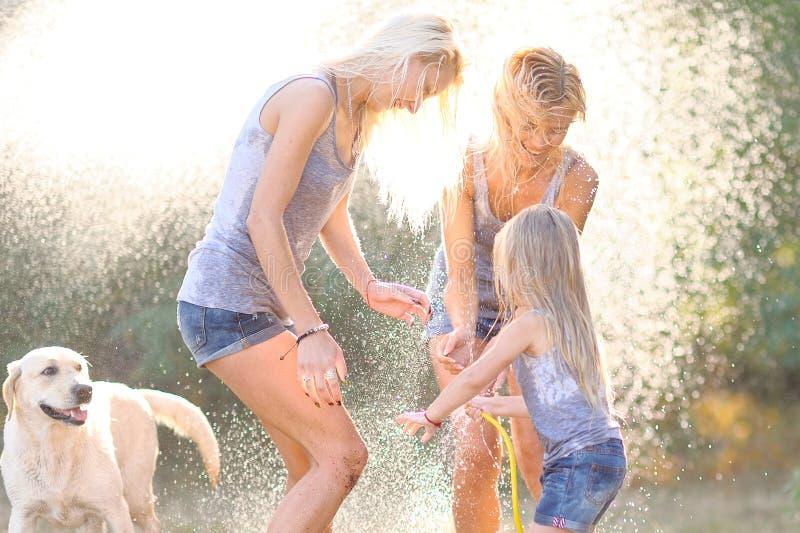 Porträt einer glücklichen Familie im Sommer stockfotos