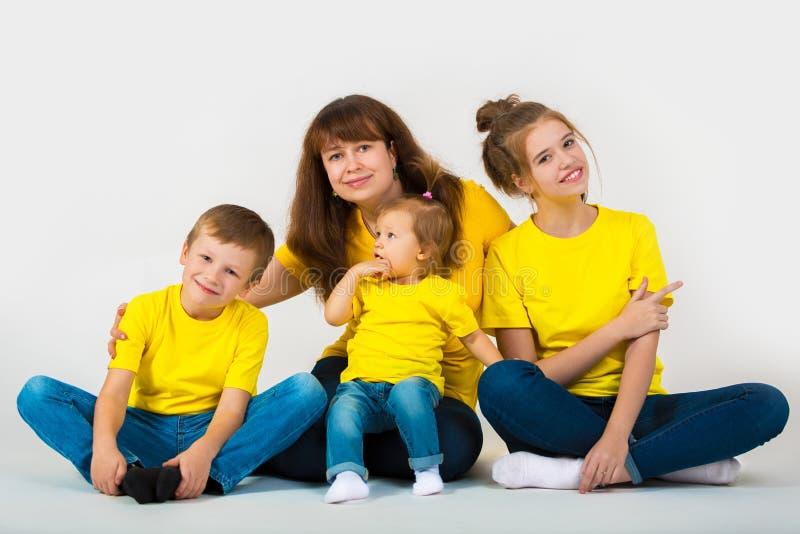 Porträt einer glücklichen großen Familie Mutter und ihre Kinder lizenzfreies stockfoto