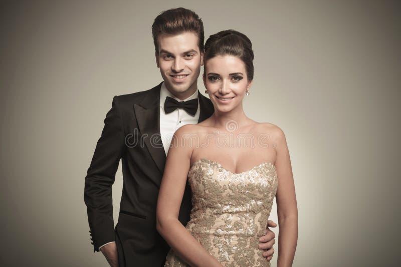 Porträt einer glücklichen jungen eleganten Paaraufstellung stockbild
