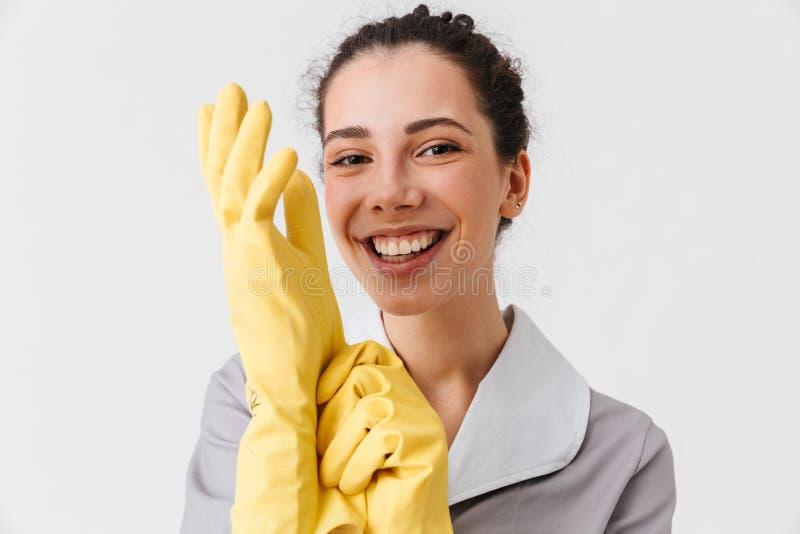 Porträt einer glücklichen jungen Hausgehilfin lizenzfreie stockbilder