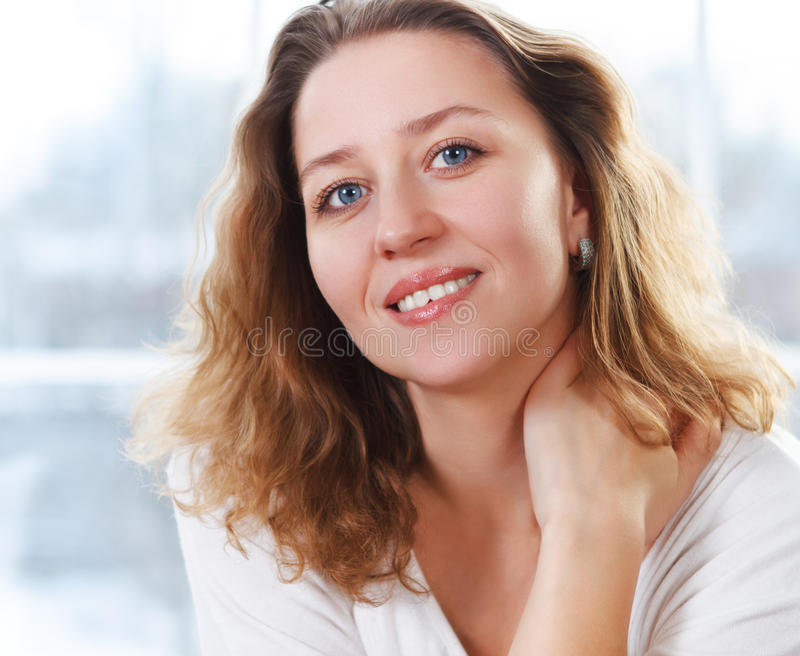 Porträt einer glücklichen lächelnden blonden Frau lizenzfreies stockfoto