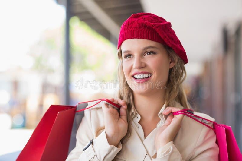 Porträt einer glücklichen lächelnden Frau mit Einkaufstaschen lizenzfreie stockfotos