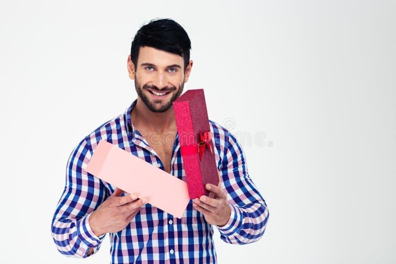 Porträt einer glücklichen Mannöffnungsgeschenkbox lizenzfreies stockfoto