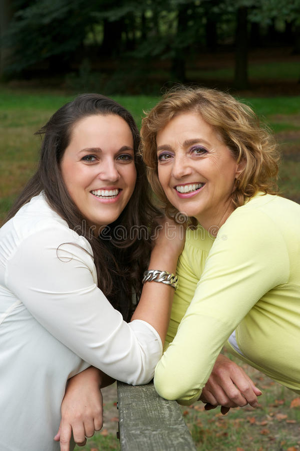 Porträt einer glücklichen Mutter, die zusammen mit Tochter lächelt lizenzfreie stockfotografie