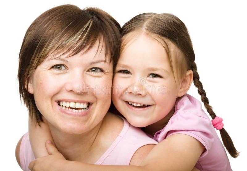 Porträt einer glücklichen Mutter mit ihrer Tochter lizenzfreies stockbild