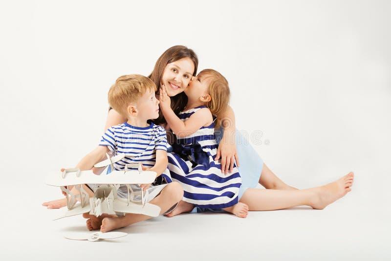Porträt einer glücklichen Mutter und ihrer zwei kleinen Kinder - Junge und lizenzfreie stockfotos