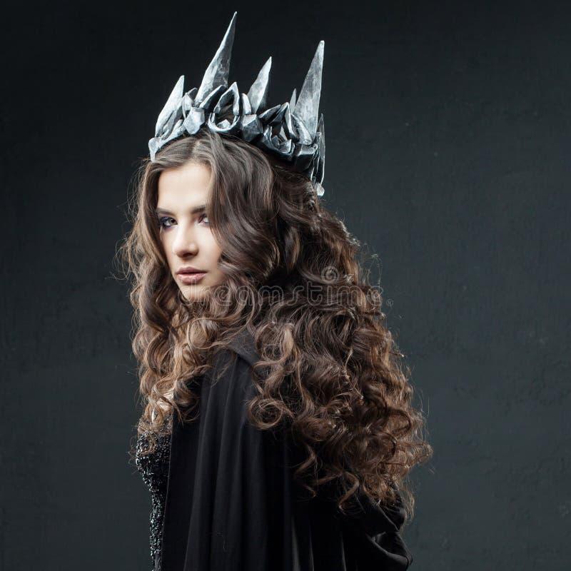 Porträt einer gotischen Prinzessin Gotische Königin Bild auf Halloween Junge schöne Frau im Schwarzen stockfotografie