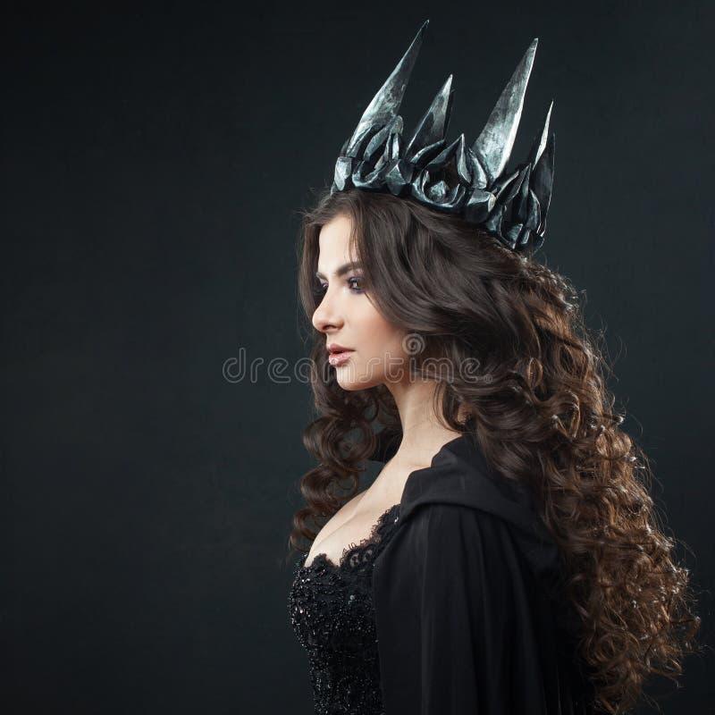 Porträt einer gotischen Prinzessin Gotische Königin Bild auf Halloween Junge schöne Frau im Schwarzen lizenzfreie stockfotografie