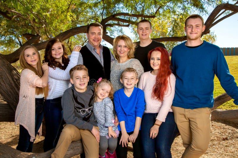 Porträt einer großen Familie lizenzfreie stockfotos