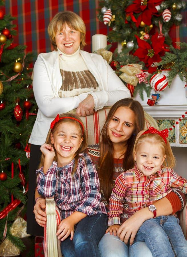 Porträt einer Großmutter und der jugendlich Enkelinnen nahe dem Chris stockbilder