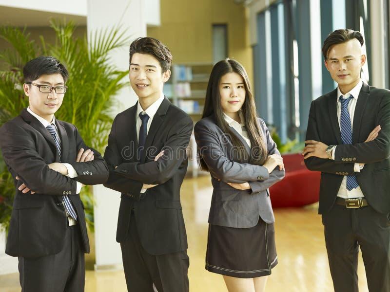 Porträt einer Gruppe junger asiatischer Geschäftsleute lizenzfreie stockfotografie