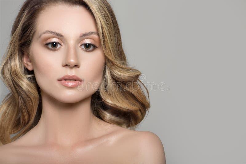 Porträt einer hübschen Frau mit dem glänzenden dunklen blonden Haar lizenzfreies stockbild
