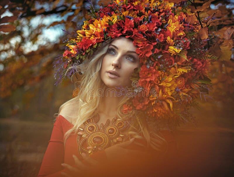 Porträt einer hübschen Waldnymphe, die einen hervorragenden Chaplet trägt lizenzfreies stockbild